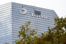 Total, à suivre jeudi à la Bourse de Paris, a annoncé avoir mis en production le champ offshore de gaz et de condensats de Vega Pléyade, situé au large de la Terre de Feu, en Argentine. /Photo d'archives/REUTERS/Charles Platiau