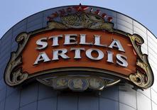 Логотип пива Stella Artois на здании центрального офиса компании в Левене. 27 октября 2015 года. Крупнейшая в мире пивоваренная компания Anheuser-Busch InBev повысила дивиденды и отчиталась о прибыли за четвёртый квартал ниже ожиданий аналитиков. REUTERS/Francois Lenoir