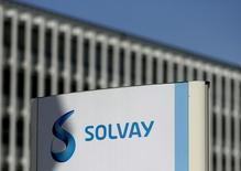 Solvay s'attend à une hausse de son bénéfice dans le haut d'une fourchette à un chiffre en 2016 mais des marchés instables et des ajustements de stocks opérés par les fabricants d'appareils électroniques implique que l'essentiel de cette croissance sera observé au second semestre. L'action gagne plus de 5% à la Bourse de Bruxelles en matinée. /Photo prise le 29 juillet 2015/REUTERS/François Lenoir