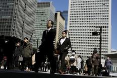 Un grupo de personas cruzan una calle en el distrito financiero de Tokio, el 25 de febrero de 2016. El miembro del directorio del Banco de Japón Takahide Kiuchi dijo que las tasas de interés negativas podrían desestabilizar el sistema financiero japonés al reducir los márgenes de los prestamistas, lo que subraya las preocupaciones entre algunos funcionarios por los riesgos de la decisión del mes pasado. REUTERS/Thomas Peter