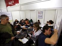 Unas personas en una feria laboral en Sao Paulo, mayo 11, 2015. La tasa de desempleo en las principales ciudades de Brasil subió en enero a su nivel más alto para el mes en siete años, mientras que los salarios se redujeron drásticamente, en nuevas evidencias de que el mercado laboral continúa endeble a raíz de la más profunda recesión en décadas en el gigante sudamericano.   REUTERS/Paulo Whitaker
