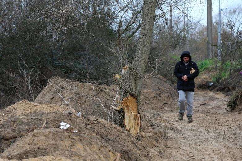A migrant walks in the southern part of a camp for migrants called the ''jungle'', in Calais, northern France, February 25, 2016. The administrative tribunal in regional capital Lille was to decide whether closing part of the site would violate human rights after several local charities and migrants requested a temporary injunction to halt the planned evacuation. REUTERS/Pascal Rossignol