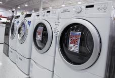 Unas lavadoras y secadoras a la venta en una tienda en Nueva York, jul 28, 2010. Los nuevos pedidos de bienes duraderos manufacturados en Estados Unidos registraron en enero su mayor alza en 10 meses debido a un repunte generalizado de la demanda, mostró un informe oficial publicado el jueves.   REUTERS/Shannon Stapleton