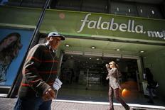 Una tienda de la cadena minorista Falabella en Santiago, ago 25, 2014. La ganancia del grupo minorista chileno Falabella habría subido un 7,7 por ciento interanual en el cuarto trimestre del 2015, apoyada en un favorable desempeño operacional y un alza en las ventas, mostró el jueves un sondeo de Reuters.    REUTERS/Ivan Alvarado