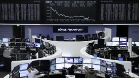 Las acciones europeas se recuperaron el jueves de las pérdidas sufridas a comienzos de semana gracias a sólidos resultados corporativos de compañías como Lloyds, que impulsaron a las bolsas de la región. En la imagen, operadores trabajan en sus mesas frente al índice de precios de acciones alemán, el DAX, en la bolsa de Fráncfort, Alemania, el 24 de febrero de REUTERS/Staff/Remote