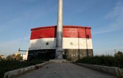 Выкрашенный в цвета сирийского флага дом в Идлибе 6 апреля 2015 года. Межсирийские переговоры могут пройти в Женеве 7 марта, сообщил источник МИД РФ на условиях анонимности. REUTERS/Ammar Abdullah