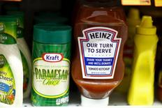 Продукция Kraft Heinz Co в магазине в Нью-Йорке 25 марта 2015 года. Квартальная прибыль компании Kraft Heinz Co превзошла ожидания Уолл-стрит, обеспечив рост акций американского производителя напитков и продуктов питания на 3 процента после закрытия официальной биржевой сессии.  REUTERS/Eduardo Munoz