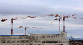 El negocio hipotecario subió un 21,1 por ciento interanual en el mes de diciembre al inscribirse 19.362 hipotecas sobre viviendas en los registros de la propiedad, dijo el viernes el Instituto Nacional de Estadística (INE). En la imagen, grúas y trabajadores en una obra en Madrid, el 29 de enero de 2016. REUTERS/Sergio Perez