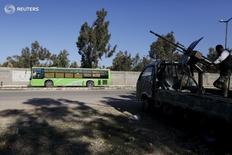 Сирийские правительственные силы в Хомсе 9 декабря 2015 года. Россия и США представили Совету безопасности ООН в четверг проект резолюции в поддержку запланированного на субботу прекращения огня в Сирии, и дипломаты стран-членов Совбеза надеются принять его как можно скорее.  REUTERS/Omar Sanadiki
