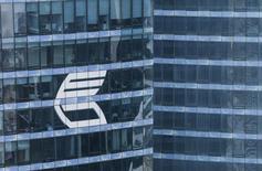 Логотип ВТБ на здании в Москве 17 августа 2015 года. Российский Минфин настаивает на приватизации госбанка ВТБ в этом году, несмотря на то, что санкции против банка делают этот процесс затруднительным и несут риски обвала его акций из-за их продажи существующими инвесторами. REUTERS/Maxim Shemetov