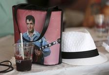 Bolsa de fã com imagem de Elvis Presley em mesa de um bar no Elvis Festival de Collingwood, no Canadá. 25/07/2015 REUTERS/Chris Helgren