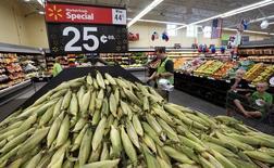 Un trabajador ordenando maíz en un supermercado Wal-Mart en Springdale, EEUU, jun 5, 2015. Los suministros de maíz en Estados Unidos crecerían a máximos en 12 años durante la campaña agrícola 2016/2017 debido a que el aumento de producción tras grandes siembras superará el alza en la demanda, dijo el viernes el Departamento de Agricultura de Estados Unidos (USDA, por su sigla en inglés).   REUTERS/Rick Wilking