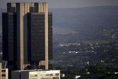 La sede del Banco Central de Brasil en Brasilia, sep 23, 2015. El Banco Central de Brasil probablemente mantenga las tasas de interés sin cambios la semana próxima incluso después de un brusco incremento en las expectativas inflacionarias, apostando a que una profunda recesión ayudará a limitar los aumentos de precios.  REUTERS/Ueslei Marcelino
