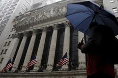 Les investisseurs comptent sur la série d'indicateurs économiques américains attendus dans les prochains jours pour permettre à Wall Street de poursuivre la hausse des deux dernières semaines, maintenant que la saison des résultats - qui se sont avérés plutôt moroses - arrive à son terme. /Photo prise le 24 février 2016/REUTERS/Brendan McDermid