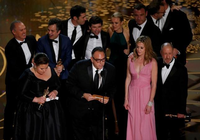 2月28日、第88回米アカデミー賞の作品賞はトム・マッカーシー監督の「スポットライト 世紀のスクープ」が選ばれた。写真は受賞を喜ぶ関係者ら(2016年 ロイター/MARIO ANZUONI)