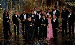 """El productor Michael Sugar recibe the Oscar por Mejor Película por su film """"Spotlight"""" con sus productores y actores en la 88 entrega de los Premios de la Academia en Hollywood, California, 28 de febrero de 2016.  REUTERS/Mario Anzuoni"""