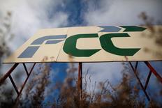 Fomento de Construcciones y Contratas (FCC) logró reducir sus pérdidas el año pasado en un 93,6 por ciento y retomar la senda de crecimiento en los ingresos tras seis años de contracción gracias al tirón de sus negocios en el exterior. En la imagen de archivo, el logo de FCC en un cartel de obra en Ronda, Málaga, el 15 de enero de 2014. REUTERS/Jon Nazca