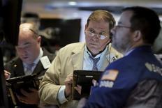 Operadores trabajando en la Bolsa de Nueva York. 26 de febrero de 2016. Los inversores se desprendieron de las acciones en febrero, cuando su asignación a ellas bajó al mínimo en al menos cinco años y las acciones globales disminuyeron por cuarto mes consecutivo, pues los temores a una recesión global siguieron limitando el apetito por el riesgo. REUTERS/Brendan McDermid
