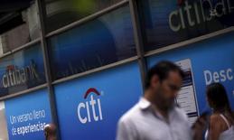 Citigroup venderá a la aseguradora China Life Insurance Company Ltd su participación minoritaria en el prestamista regional China Guangfa Bank (CGB), en una operación por unos 19.700 millones de yuanes (2.762 millones de euros), dijo el lunes la compañía de seguros. En la imagen, el logo de Citigroup situado en la fachada de una sucursal bancaria de Citibank, en Buenos Aires, Argentina, el 19 de febrero de 2016. REUTERS/Marcos Brindicci