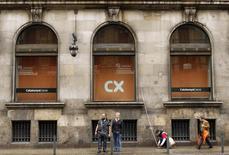 La Sala Civil del Tribunal Supremo ha condenado a Catalunya Banc, ahora integrada en BBVA, a devolver a dos clientes 122.647 euros en preferentes, al determinar que incumplió el deber de información sobre productos financieros complejos, dijo el lunes el alto tribunal en un comunicado. En la imagen de archivo, varias personas frente a la sede de Catalunya Caixa en su sede de Barcelona, el 6 de marzo de 2013. REUTERS/Albert Gea