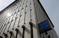 El logo de la OPEP en su sede en Viena, ago 21, 2015. La producción de petróleo de la OPEP cayó en febrero desde el nivel mensual más alto de los últimos años, según un sondeo de Reuters, debido a la suspensión de las exportaciones en el norte de Irak e interrupciones de otros productores.    REUTERS/Heinz-Peter Bader