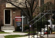 Una casa a la venta en Bethesda, Maryland. 30 de diciembre de 2015. Los contratos para la compra de casas usadas en Estados Unidos cayeron en enero a su menor nivel en un año, probablemente por el impacto de un clima más severo y una escasez de propiedades para la venta, mostró el lunes un informe. REUTERS/Gary Cameron