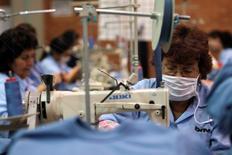 Unas trabajadoras en una fábrica textil en Bogotá, dic 16, 2009. El desempleo urbano en Colombia se disparó a un 14,1 por ciento en enero, desde un de 11,8 por ciento de igual mes del año pasado, por un aumento del número de personas que buscaron trabajo, informó el lunes el Departamento Nacional de Estadísticas (DANE).  REUTERS/John Vizcaino