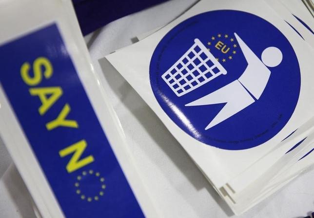 2月29日、英政府はEU離脱なら先行き不透明さが10年以上続き、打撃を被ると警告した。写真はEU離脱を呼び掛ける英国独立党のバッジ。27日撮影。(2016年 ロイター/Phil Noble)
