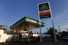 Una gasolinera de Pemex en Ciudad de México, ene 13, 2015. La petrolera estatal mexicana Pemex perdió 168,796 millones de pesos (9,810 millones de dólares) en el cuarto trimestre del 2015, un 44 por ciento más que en el mismo período del año previo, golpeada por los bajos precios del crudo y una merma en la producción de hidrocarburos. REUTERS/Edgard Garrido