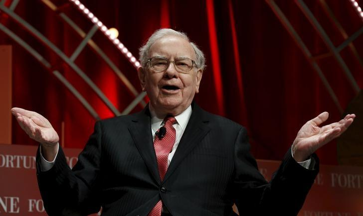 Warren Buffett, chairman and CEO of Berkshire Hathaway, speaks at the Fortune's Most Powerful Women's Summit in Washington October 13, 2015.  REUTERS/Kevin Lamarque