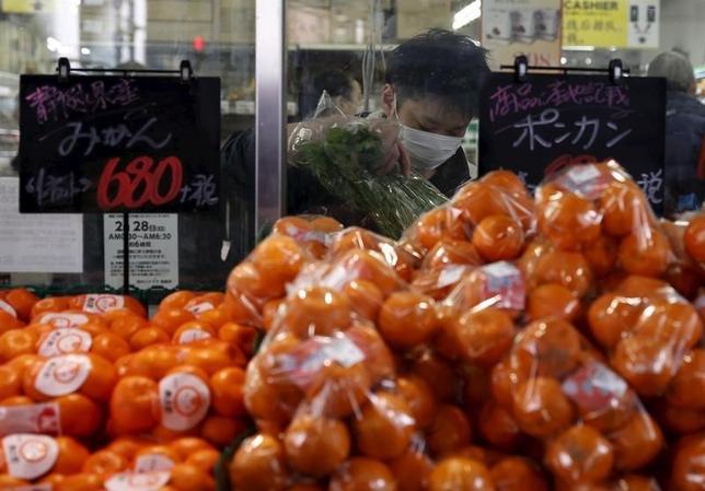 3月1日、1月の家計調査によると、全世帯の実質消費支出は前年比3.1%減となった。都内で2月撮影(2016年 ロイター/YUYA SHINO)