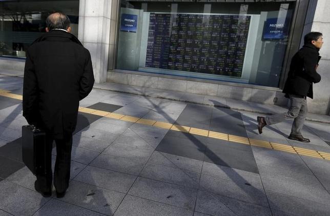 3月1日、東京株式市場で日経平均は反発。前場に発表された中国経済指標のさえない内容が嫌気され、日経平均は一時169円安となったが、ドル安/円高が一服すると切り返した。写真は都内で2月撮影(2016年 ロイター/Yuya Shino)