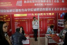 Salon de recrutement à Pékin. Les dirigeants chinois, qui mettent la dernière main au 13e plan quinquennal, vont devoir prendre des mesures pour créer des emplois et compenser les destructions massives de postes liées au ralentissement de la croissance économique et à la restructuration de pans entiers de l'industrie surdimensionnés. /Photo prise le 28 février 2016/  REUTERS/Damir Sagolj