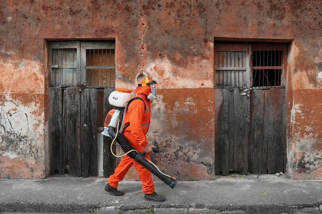 A state health worker walks towards a house to fumigate it as part of preventive measures against the Zika virus and other mosquito-borne diseases in Merida, Mexico, February 4, 2016. REUTERS/Lorenzo Hernandez