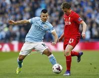 Lucas Leiva e Sergio Aguero em partida Liverpool x Manchester City na final da Copa da Liga. 28/02/2016 Reuters / Eddie Keogh
