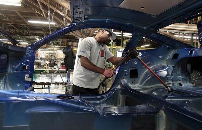 3月1日、米供給管理協会(ISM)が発表した2月の製造業景気指数は49.5と、前月の48.2から上昇した。写真は2015年8月、米ミシガン州の自動車工場で(2016年 ロイター/Rebecca Cook)