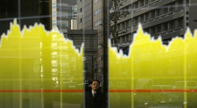 3月2日、東京株式市場で日経平均は前日比661円高と大幅に上昇。上げ幅は今年3番目の大きさとなった。写真は都内の株価ボード。昨年2月撮影(2016年 ロイター/Toru Hanai)