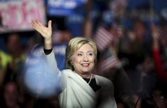 """Кандидат в президенты США от Демократической партии Хиллари Клинтон выступает с речью о результатах праймериз в """"супервторник"""" на встрече со сторонниками в Майами, штат Флорида, 1 февраля 2016 года. Республиканец Дональд Трамп и демократ Хиллари Клинтон одержали ряд побед в """"супервторник"""", сделав очередной шаг к тому, чтобы стать кандидатами от своих партий на ноябрьских президентских выборах в США. REUTERS/Javier Galeano"""