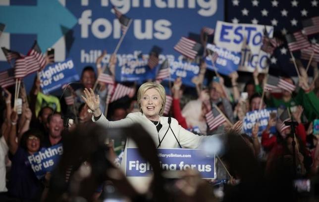 3月2日、「スーパーチューズデー」でた候補に大差をつけて勝利を収めたヒラリー・クリントン前国務長官は既に、同じく大勝した共和党ドナルド・トランプ氏に照準を定めているようだ。フロリダで1日撮影(2016年 ロイター/Javier Galeano)