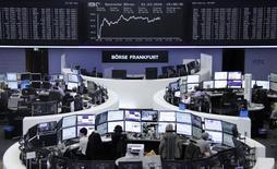 Operadores trabajando en la Bolsa de Fráncfort, Alemania, 1 de marzo de 2016. Las bolsas europeas abrían al alza el miércoles gracias a las subidas de las acciones mineras, que permitían a los mercados seguir recuperándose de las caídas de principios de año. REUTERS/Staff