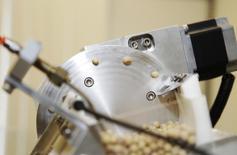 Una moledora de soja en el centro de investigación de Monsanto en Creve Coeur, EEUU, jul 28, 2014. Monsanto Co, la mayor compañía de semillas del mundo, rebajó su previsión de ganancias para el año, afectada por la fortaleza del dólar y los bajos precios de sus semillas, en momentos en que los agricultores reducen gastos.  REUTERS/Tom Gannam