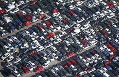 El sistema de fabricación de la industria automovilística es vulnerable a cualquier endurecimiento de los controles de las fronteras de Europa a raíz de la crisis de refugiados, dijeron los consejeros delegados de Opel, Ford Europa y Daimler en una feria del sector celebrada en Ginebra.  En la imagen, una vista aérea de vehículos de la marca Opel en Niza, Francia, el 1 de marzo de 2016.  REUTERS/Eric Gaillard