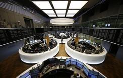 Las acciones europeas cerraron en alza el miércoles, lideradas por los bancos que subían por quinta sesión consecutiva tras sufrir fuertes pérdidas. En la imagen, una vista panorámica de la sede del índice DAX alemán, en Frámkfort, Alemania, el 23 de febrero de 2016. REUTERS/Kai Pfaffenbach