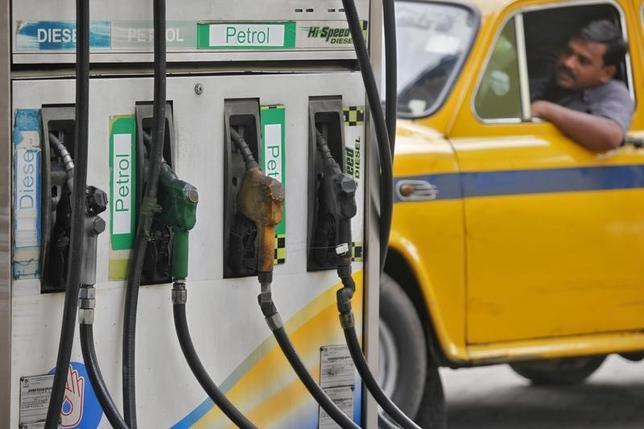 3月3日、原油安や堅調な自動車販売を受けてアジアにおけるガソリン需要が伸びており、15年強ぶりのガソリン不足を引き起こす恐れが出ている。写真は2012年6月カルカッタで撮影(2016年 ロイター/Rupak De Chowdhuri)