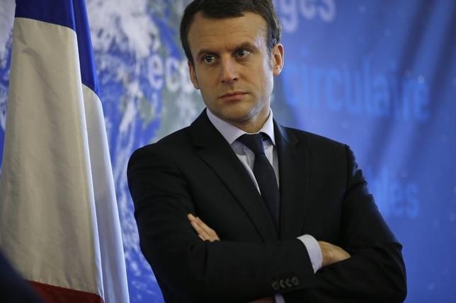 3月3日、フランスのマクロン経済相(写真)は、英国が6月の国民投票の結果、欧州連合(EU)から離脱するならば、フランスから英国への移民流入を食い止めていた国境管理をやめると警告した。2月撮影(2016年 ロイター/Philippe Wojazer)