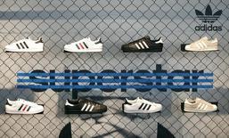 Кроссовки Adidas в здании, где проходит пресс-конференция компании.  Херцогенаурах, 3 марта 2016 года. Немецкий производитель спортивной одежды Adidas ожидает, что продажи и чистая прибыль в текущем году продолжат расти быстрыми темпами благодаря интенсивному продвижению продукции, а также крупным спортивным мероприятиям, таким как матчи чемпионата Европы по футболу и Олимпийские игры в Рио-де-Жанейро. REUTERS/Michaela Rehle
