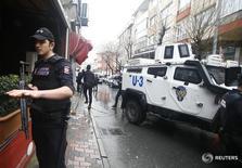 Сотрудники турецких спецслужб в Стамбуле 3 марта 2016 года. Две женщины, открывшие стрельбу и бросившие гранату в сторону полицейского автобуса в пригороде Стамбула в четверг, убиты силами правопорядка, сообщил турецкий канал NTV. REUTERS/Osman Orsal