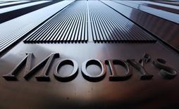 """La oficina de Moody's en Nueva York. 2 de agosto de 2011. La rebaja de Moody's a la perspectiva de la deuda gubernamental de China carece de apoyo fáctico y podría reflejar """"dobles estándares"""" cuando evalúa economías desarrolladas y en desarrollo, dijo la agencia de noticias oficial Xinhua en un comentario publicado el jueves. REUTERS/Mike Segar"""