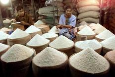 Un vendedor de arroz espera a los clientes, en un mercado en Dhaka, Bangladesh. 28 de abril de 2001. Los precios mundiales de los alimentos se estabilizaron en febrero, con la subida del aceite vegetal y los valores de la carne compensando la bajada de los cereales, el azúcar y los lácteos, dijo el jueves la agencia para la alimentación de las Naciones Unidas. Reuters/Files