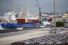 Автомобили в порту Рио-де-Жанейро. 1 декабря 2015 года. Экономика Бразилии сократилась на 3,8 процента в 2015 году, сообщило бразильское статистическое ведомство IBGE в четверг, что стало худшим годовым результатом за последние 25 лет, поскольку компании сильно урезали свои инвестиционные планы и уволили более миллиона работников. REUTERS/Ricardo Moraes